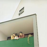 ベランダにいる父と母と息子