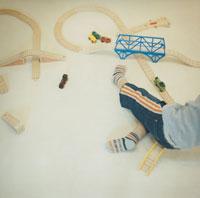 玩具のレールと電車で遊ぶ男の子
