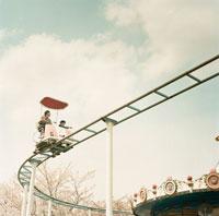 空中サイクルに乗る女性と男の子