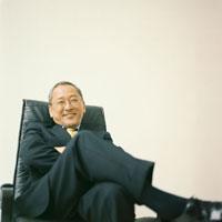 椅子に腰掛けるスーツ姿の日本人シニア男性 30010000304| 写真素材・ストックフォト・画像・イラスト素材|アマナイメージズ