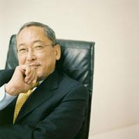 椅子に腰掛けるスーツ姿の日本人シニア男性 30010000306| 写真素材・ストックフォト・画像・イラスト素材|アマナイメージズ