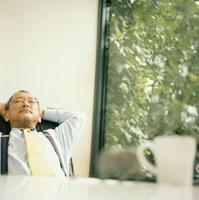 窓際で休憩する日本人シニア男性 30010000312| 写真素材・ストックフォト・画像・イラスト素材|アマナイメージズ
