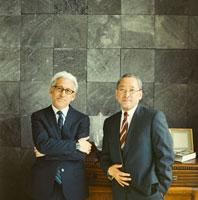 スーツを着た日本人のシニア男性2名