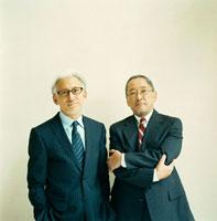スーツを着た日本人のシニア男性2名 30010000402| 写真素材・ストックフォト・画像・イラスト素材|アマナイメージズ
