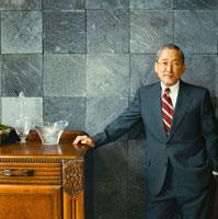 スーツを着た日本人のシニア男性 30010000408| 写真素材・ストックフォト・画像・イラスト素材|アマナイメージズ