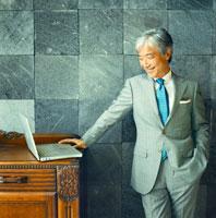 パソコンを眺める日本人のシニア男性