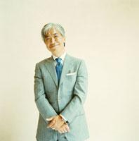 スーツを着た日本人のシニア男性