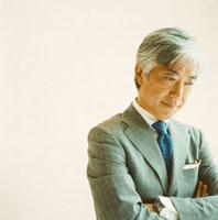 スーツ姿で考え事をする日本人のシニア男性 30010000413| 写真素材・ストックフォト・画像・イラスト素材|アマナイメージズ