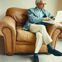 ソファでパソコンを操作するシニア男性 30010000414| 写真素材・ストックフォト・画像・イラスト素材|アマナイメージズ