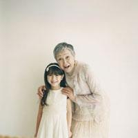 日本人の祖母と孫娘のポートレート