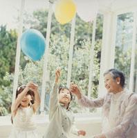 風船を持つ日本人の祖母と孫