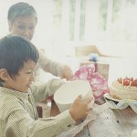 祖母からのプレゼントを開く日本人の男の子