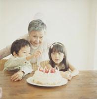 ケーキを見つめる日本人の祖母と孫