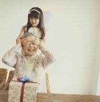 祖母に目隠しをする日本人の女の子