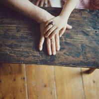 祖母の指輪をして手を重ねる祖母と孫娘 30010000469| 写真素材・ストックフォト・画像・イラスト素材|アマナイメージズ