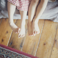 日本人の男の子と女の子の足元