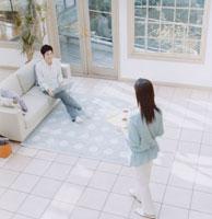 日本人カップルの団欒 30014000028| 写真素材・ストックフォト・画像・イラスト素材|アマナイメージズ
