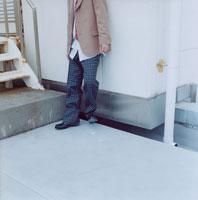 屋上で煙草を吸う男子高校生