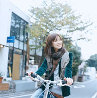 自転車に乗る20代日本人女性