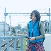 ホームでメールを確認する20代日本人男性 30014000206| 写真素材・ストックフォト・画像・イラスト素材|アマナイメージズ