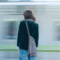電車を待つ20代日本人女性の後姿
