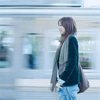 電車を待つ20代日本人女性