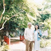 屋外を散歩する日本人のシニア夫婦