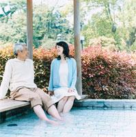 足湯でくつろぐ日本人のシニア夫婦 30014000260| 写真素材・ストックフォト・画像・イラスト素材|アマナイメージズ