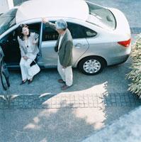 車から降りるシニア夫婦