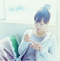 室内でマニキュアをつける20代日本人女性 30014000321| 写真素材・ストックフォト・画像・イラスト素材|アマナイメージズ