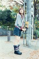 信号待ちをする20代日本人女性