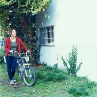 バイクで出かける20代日本人女性
