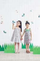 クラフトの蝶々と遊ぶ日本人の女の子達