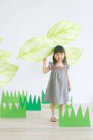 葉っぱのオブジェで遊ぶ日本人の女の子