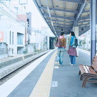 ホームを歩く20代日本人男性2人