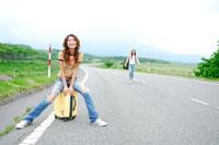道路で休む二人の日本人女性旅行者