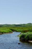 北海道の空と山と小川