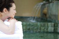 SPAでくつろぐ日本人の若い女性の横顔