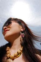 サングラスをかけた日本人の若い女性の顔のアップ