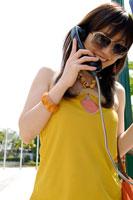 電話をするサングラスをした日本人の若い女性
