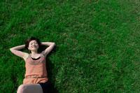 芝生に寝転ぶ日本人の若い女性