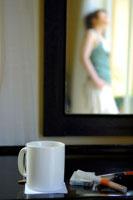 小物と鏡に映った日本人の若い女性