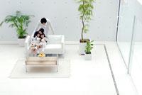 ソファでくつろぐ日本人の家族