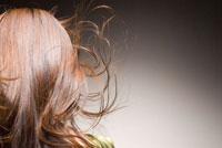 風に舞う髪と20代日本人女性のビューティーイメージ