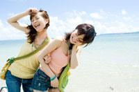 浜辺の日本人の若い女性2人