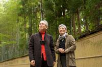 京都を散策するシニア夫婦 30017000106A| 写真素材・ストックフォト・画像・イラスト素材|アマナイメージズ