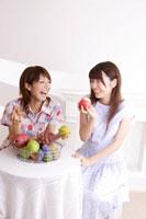 フルーツを食べる20代女性2人