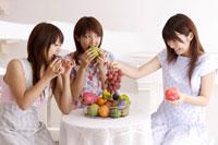 フルーツを食べる20代女性3人