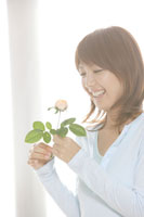 バラの花を持っている20代女性