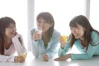 ジュースを飲む20代女性3人